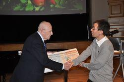 Winnaar Pierre-Marie Le Roux ontvangt de award in 2013 uit handen van professor Albert Soenen.